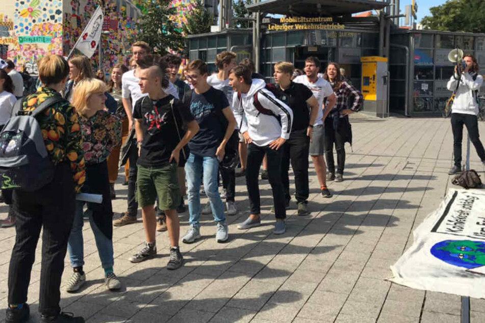 Klima-Aktivisten tanzen mitten in der Leipziger City