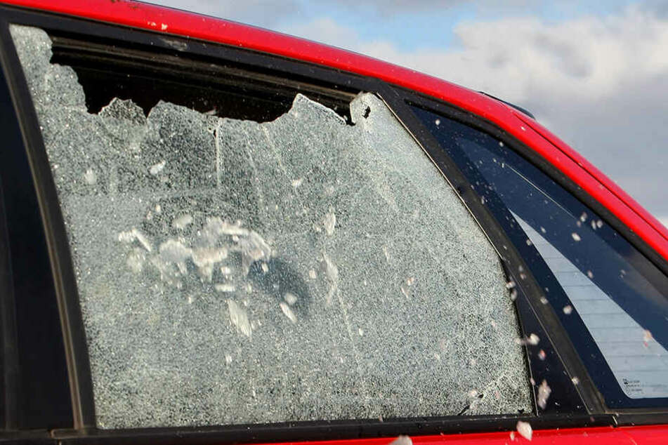 Der Verdächtige soll sich beim Einschlagen eines Autofensters verletzt haben. (Symbolbild)