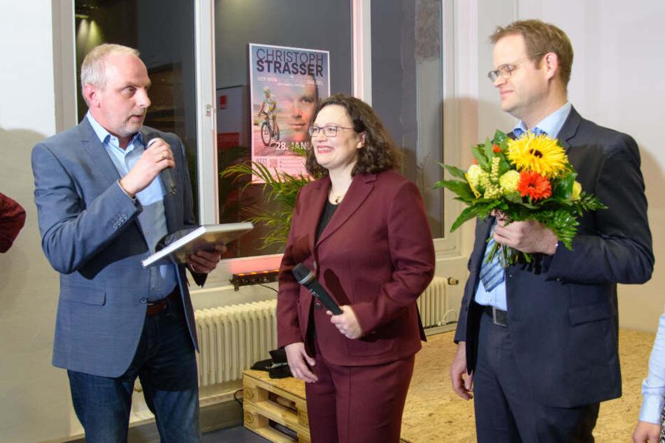 Detlef Müller (l.) und Jürgen Renz begrüßen Andrea Nahles in Chemnitz.