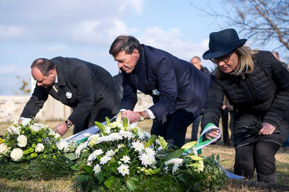 Oberbürgermeister Dirk Hilbert (FDP) und Landtagspräsident Matthias Rößler (Mi.) legen auf der Gedenkstätte auf dem Alten Annenfriedhof Kränze nieder.