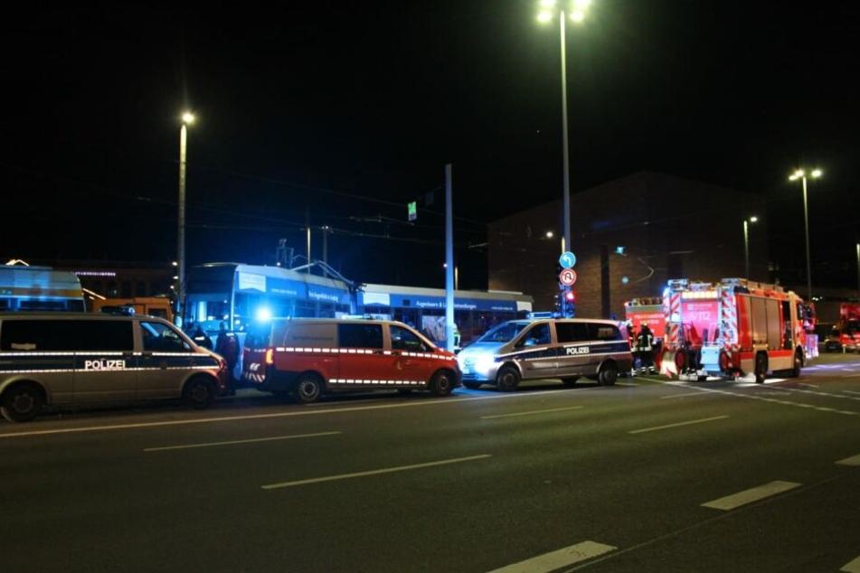 Der junge Mann verstarb noch vor Ort. Die Bahn soll an der Haltestelle Wilhelm-Leuschner-Platz entgleist sein.