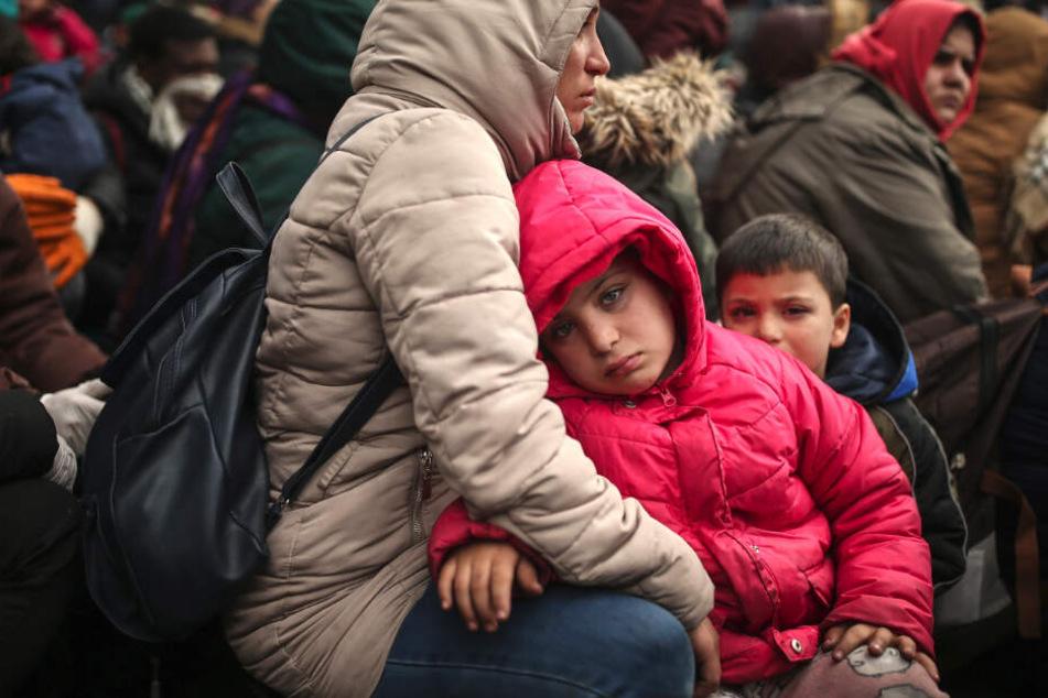 Migranten versammeln sich an der Grenze zu Griechenland zwischen den Grenzübergängen Pazarkule und Katanies.