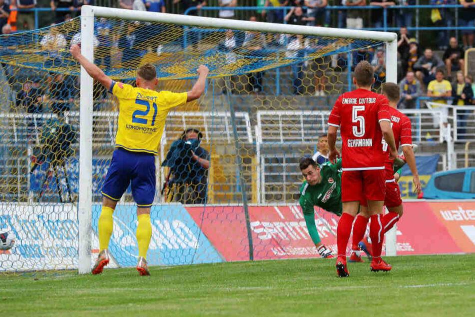 Kapitän Robert Zickert bejubelt den zwischenzeitlichen 2:2-Ausgleich von Djamal Ziane. Der traf kurz danach noch zum 3:2-Sieg.