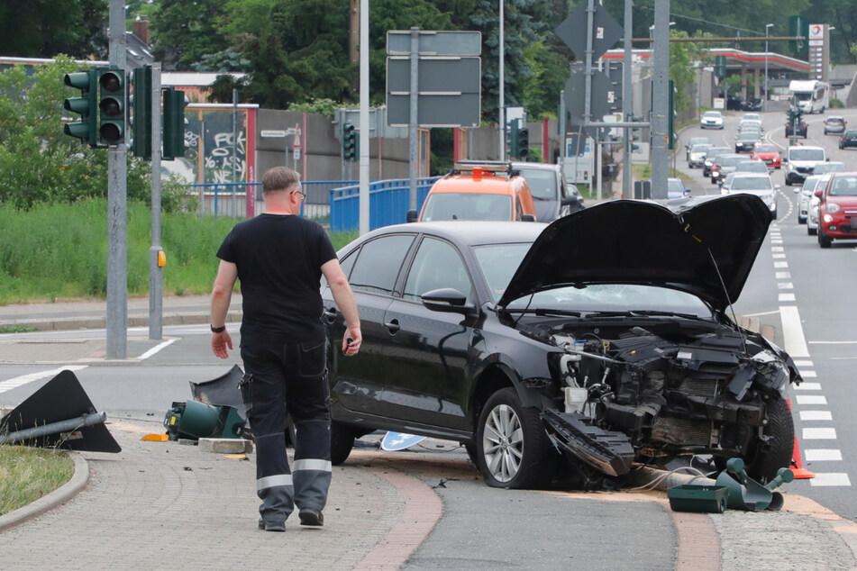 """Ein VW-Fahrer krachte am Sonntagnachmittag am Chemnitzer Südring gegen eine Ampel. Zuvor musste der Fahrer offenbar einem Radfahrer ausweichen, der bei """"Rot"""" über die Ampel fuhr."""