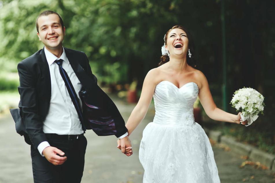 Ein glückliches Brautpaar bei einer Hochzeit. Die Hochzeitsbranche schlägt Alarm, weil viele Paare ihre Feiern aufgrund der Corona-Einschränkungen verschieben. (Symbolfoto)