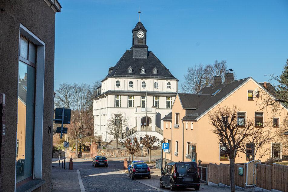 Alarm im Erzgebirge: Bombenähnlicher Gegenstand an Rathaus entdeckt