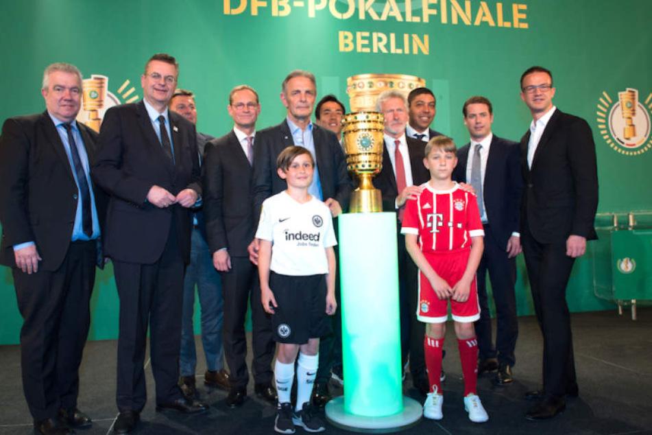 Die Delegation bei der Ankunft des DFB-Pokals im Berliner Roten Rathaus.