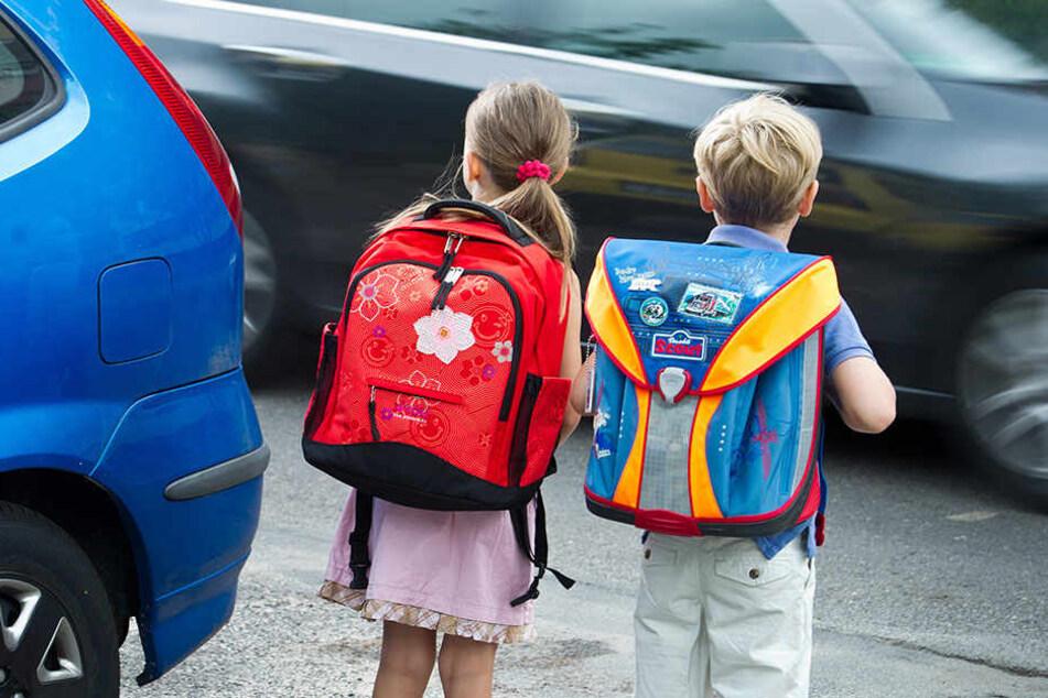 Zwei Kinder auf dem Weg zur Schule (Symbolbild: dpa)