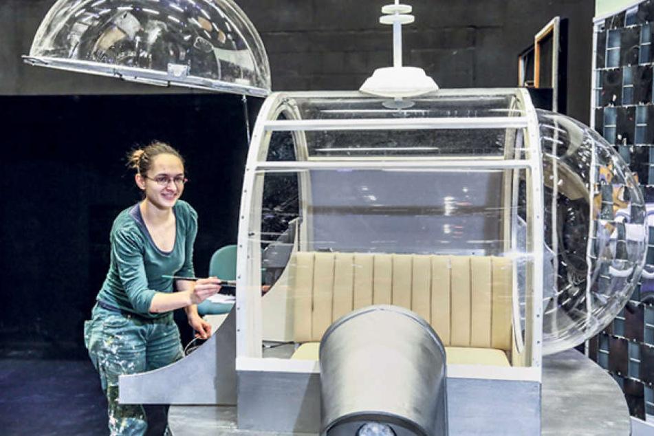 """Rebekka Grunwald (25) schiebt das Mondauto aus der Operette """"Frau Luna"""" auf die Bühne."""