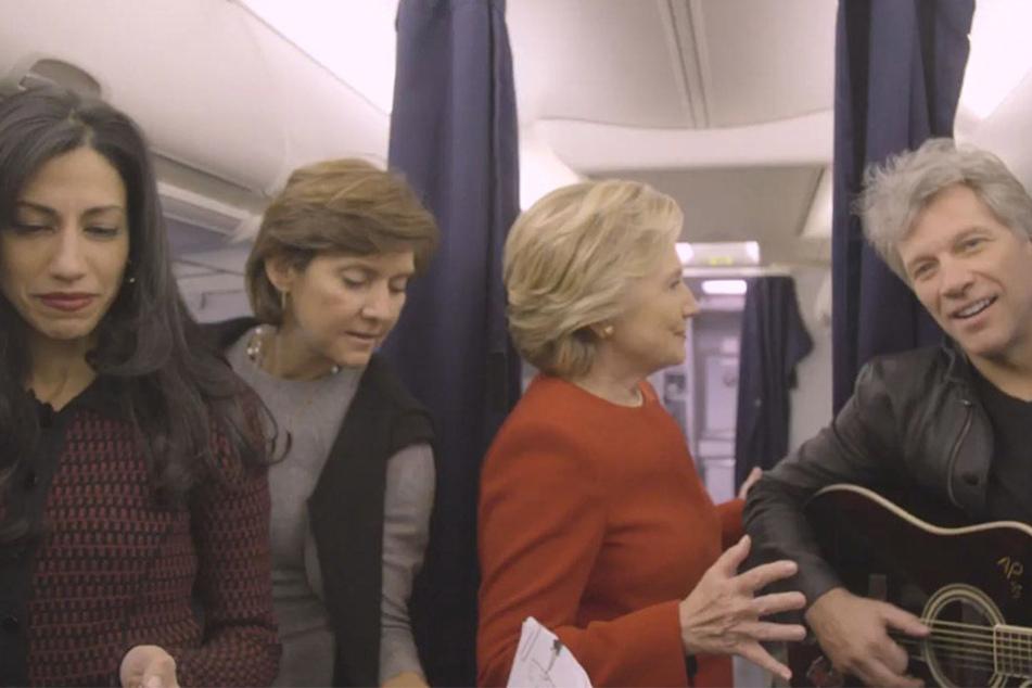 Sogar Hillary Clinton und ihr Wahlkampf-Team machen bei der Challenge mit.