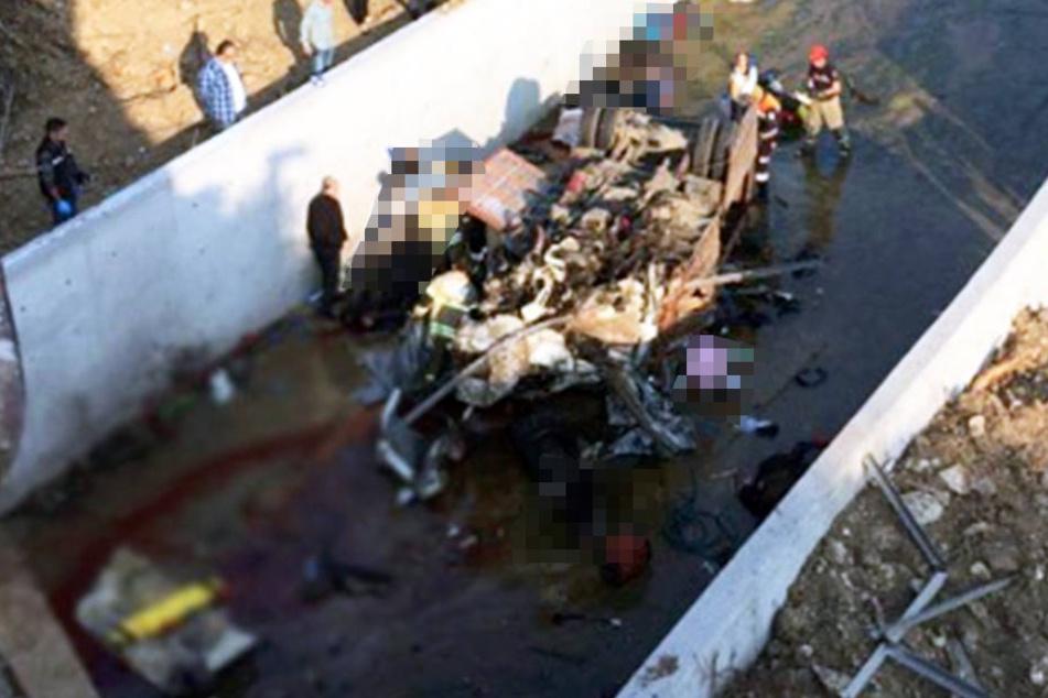 Bei dem schrecklichen Unfall wurden mindestens 15 Migranten getötet.