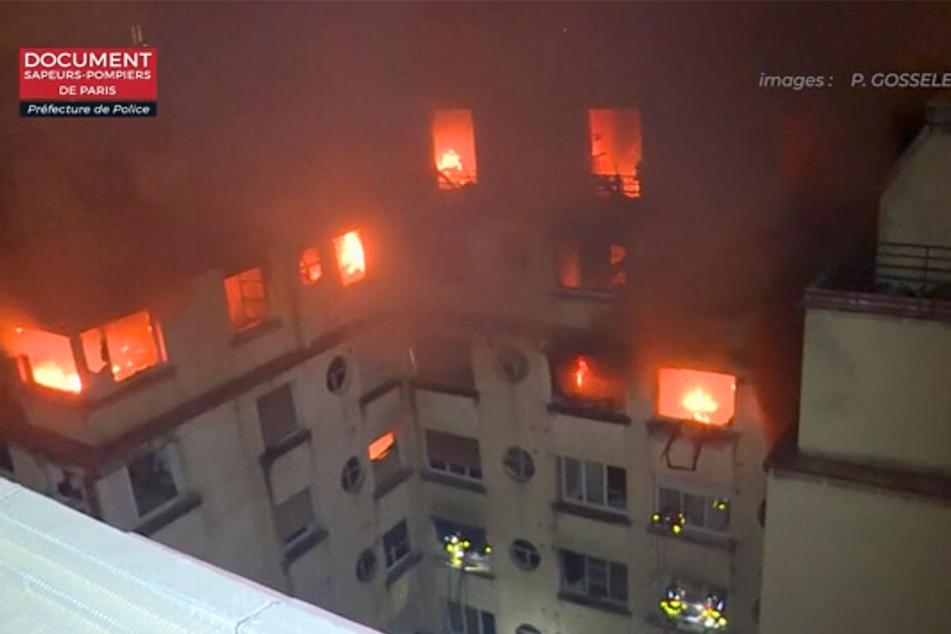 Noch am Morgen loderten die Flammen aus dem achtstöckigen Gebäude.