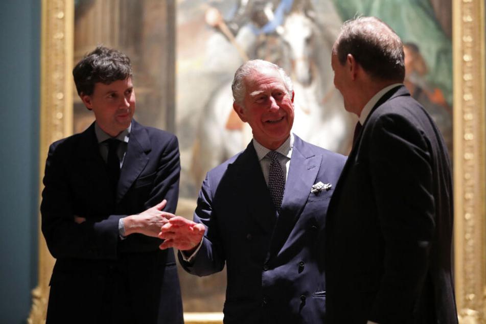 """Prinz Charles bei einem Besuch der Ausstellung """"Charles I: King and Collector"""" in der Royal Academy of Arts. Neben ihm stehen die Kuratoren Desmond Shawe-Taylor (r.) und Per Rumberg."""