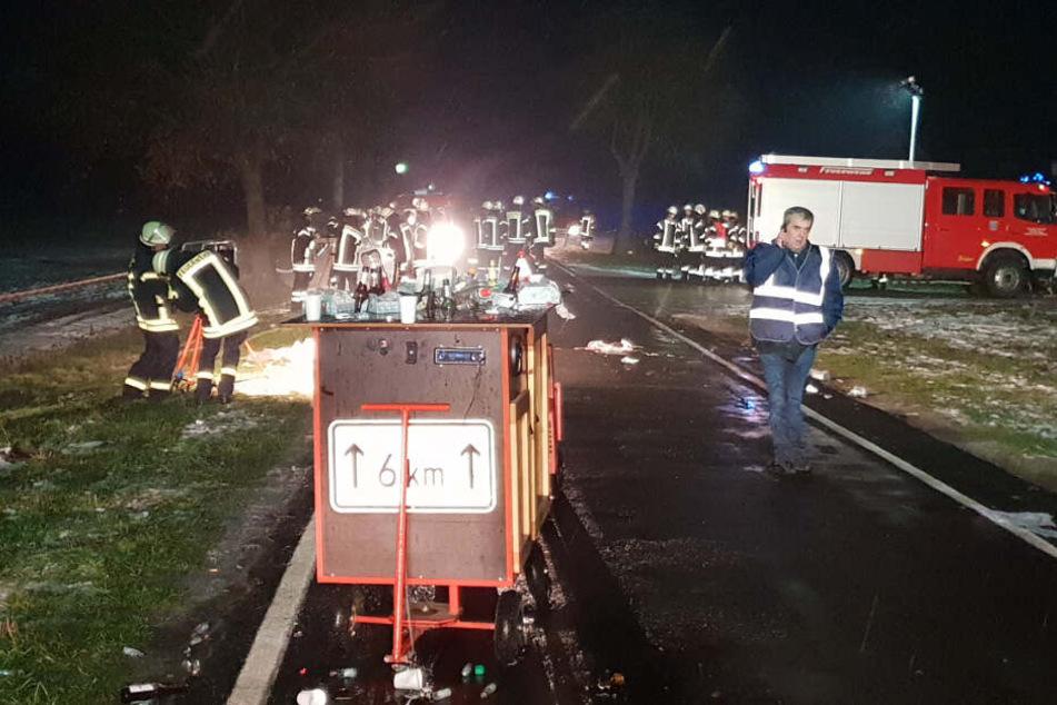 Viele Feuerwehrleute sind in Breddenberg im Einsatz, wo beim Boßeln vier Menschen verletzt wurden.