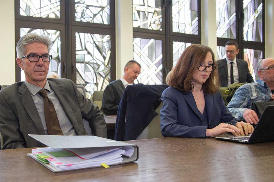 Prof. Michael Osterheider (l.) sitzt im Gerichtssaal neben Dr. Nahlah Saimeh.