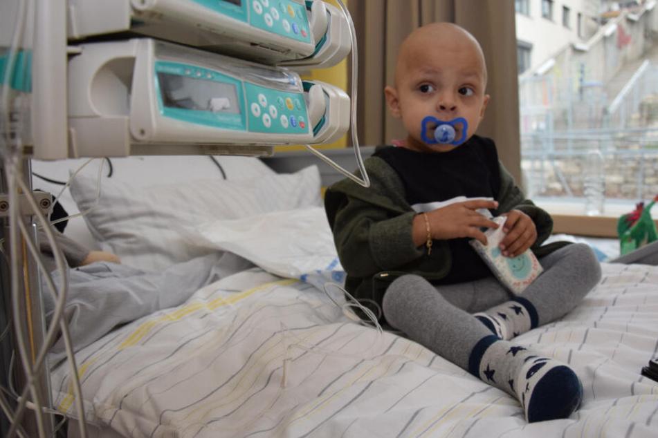 Michele Marino spielt mit einer Packung Tempos im Krankenhaus.