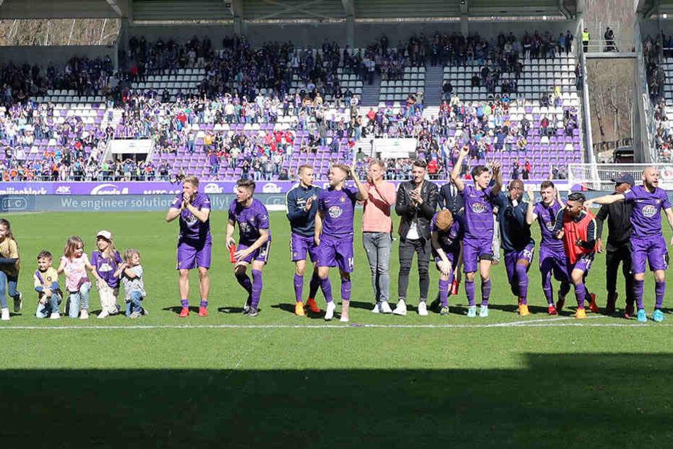 """Die """"Veilchen"""" feierten mit Kind und Kegel und Fans den hochwichtigen Sieg gegen Hamburg."""