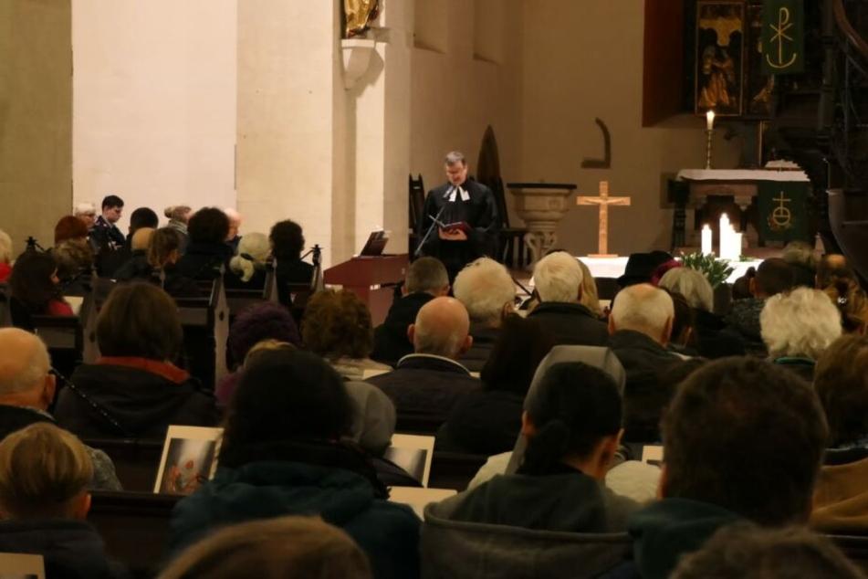 Etwa 200 Menschen besuchten am Montagabend die Frauenkirche.