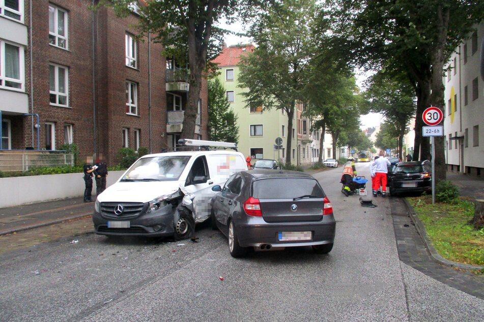 Die Fahrzeuge mussten abgeschleppt werden.