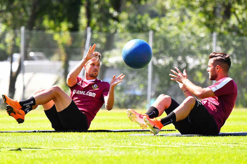 Ab und zu muss doch ein Medizinball herhalten: Niklas Kreuzer (r.) mit Patrick Möschl.