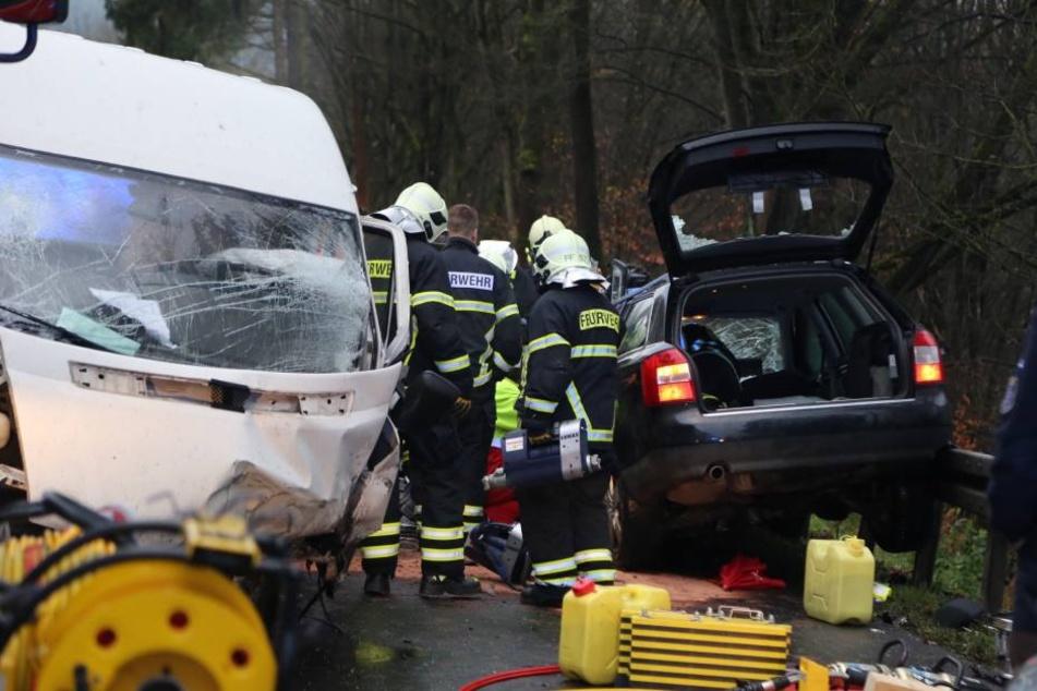 Mit schwerem Gerät musste die Feuerwehr die eingeklemmte, hochschwangere Frau aus ihrem Auto befreien.