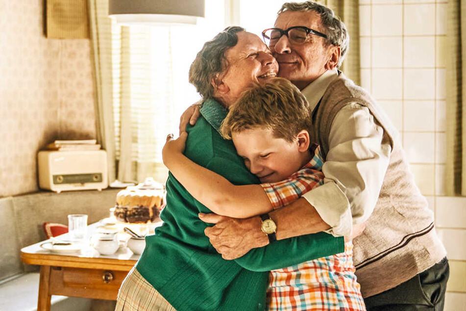 Hans-Peter Kerkeling (M., Julius Weckauf) umarmt seine Oma Bertha (l., Ursula Werner) und Opa Hermann (Rudolf Kowalski).