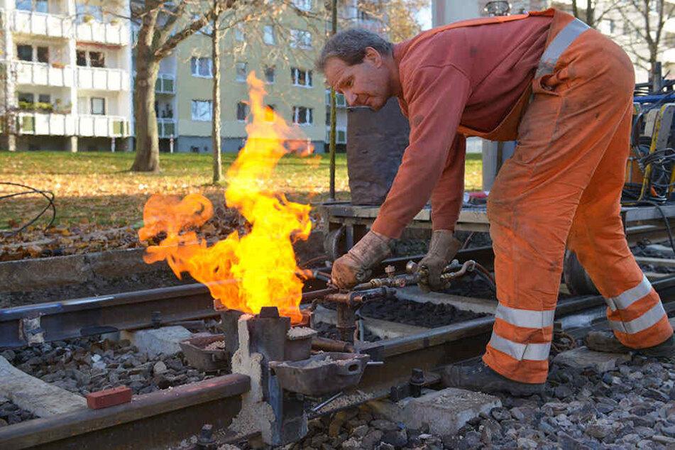Damit die Gleise vor dem Winteranfang fertig werden: Danny Schulze (49) beim Verschweißen in Bernsdorf.