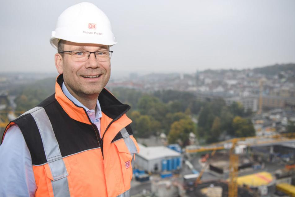 Michael Pradel steht auf dem Turm des Hauptbahnhofs.