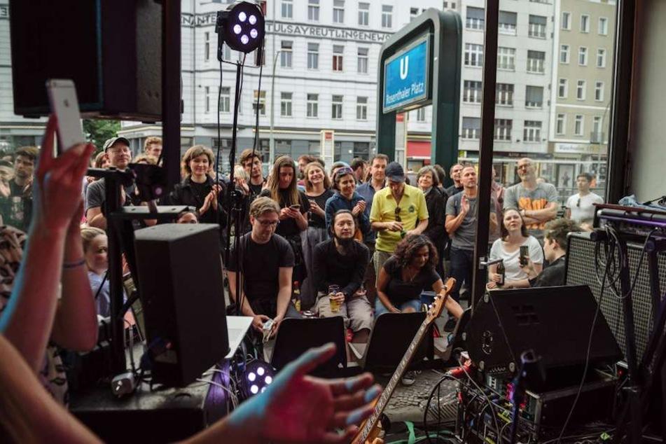 Überall Konzerte beim Torstraßen Festival in Berlin-Mitte.