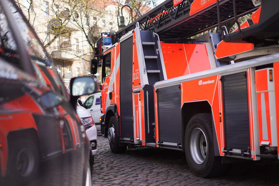 Das Feuer war zunächst aus ungeklärter Ursache im zweiten Obergeschoss der Wohnung des Mehrfamilienhauses in Düsseldorf ausgebrochen. (Symbolfoto)