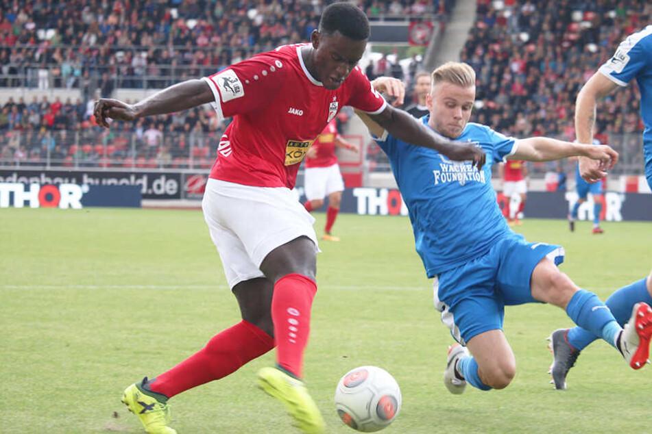 Erfurts Merveille Biankadi (l.) und Guillaume Cros vom FCC duellieren um den Ball.
