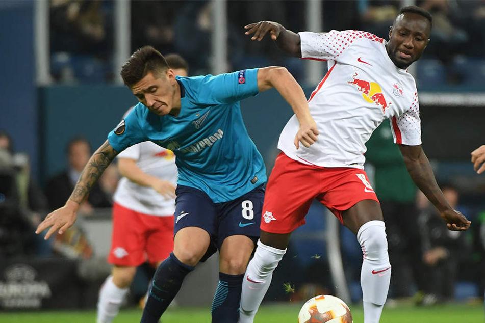 Naby Keita (r., hier gegen Matias Kranevitter) soll im Spiel bei Zenit St. Petersburg rassistisch beleidigt worden sein.
