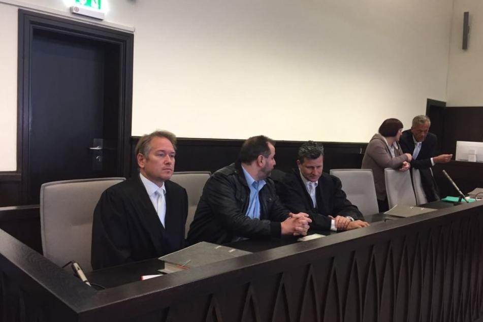Rechtsanwalt Detlev Binder (3. von rechts) wirft Michael Osterheider schlampige Arbeit vor.