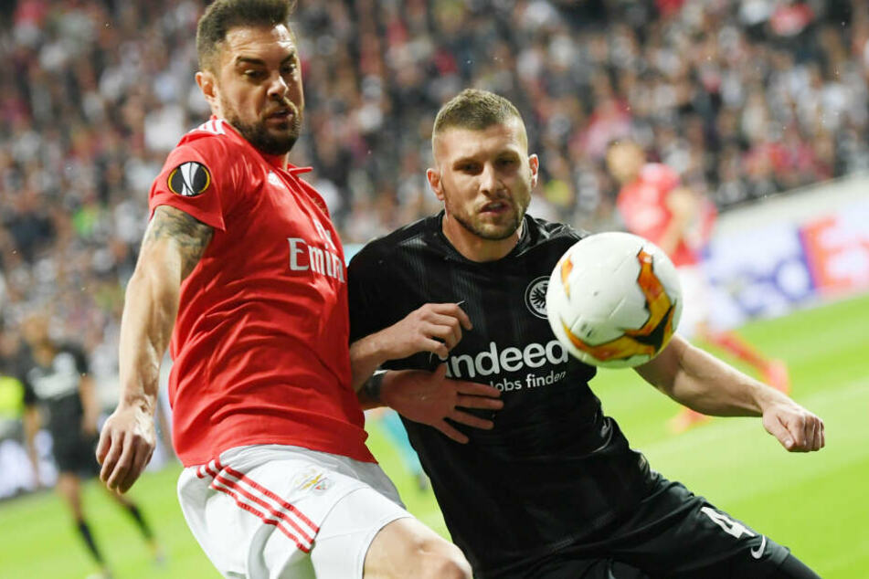 Harter Kampf um jeden einzelnen Ball: Eintrachts Ante Rebic (Re.) im Duell mit Benficas Jardel.