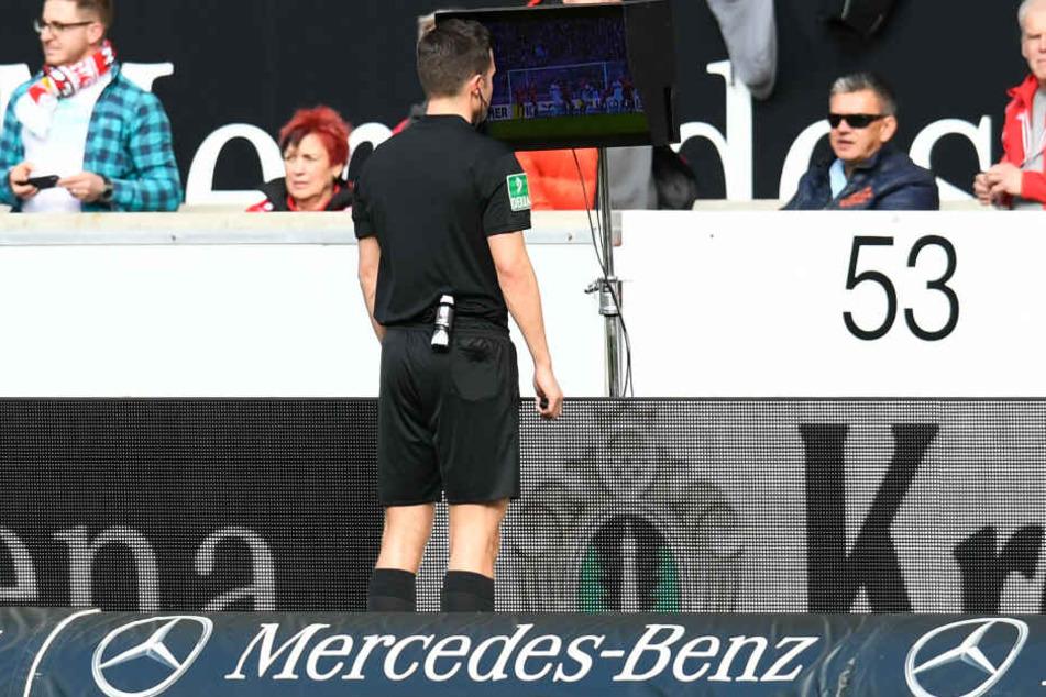 Schiedsrichter Harm Osmers beim Videobeweis.