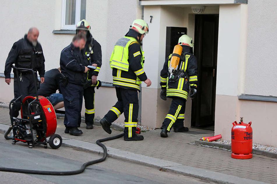 Die Feuerwehr war über eine Stunde in der Weststraße im Einsatz. Offenbar war eine Propangasflasche Ursache für den Alarm.