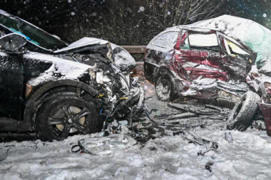 Heftiger Crash auf schneebedeckter Straße: Frau stirbt nach tragischem Unfall in Sachsen
