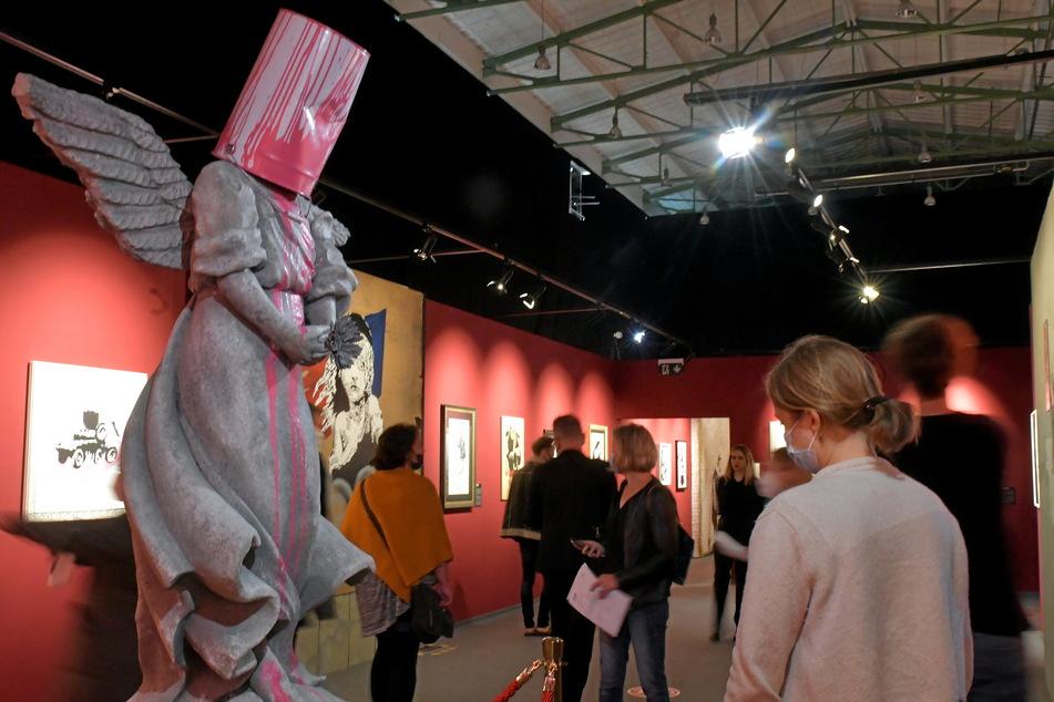 """Der mit rosa Farbeimer beschmierte Grabengel (""""Angel Bust"""", 2009) zeigt: Banksy kann auch makabre Skulpturen."""