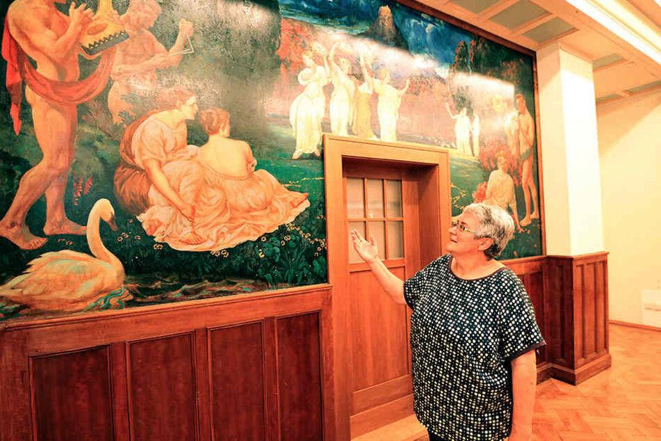Leiterin Constanze Ulbricht (60) freut sich über ein bereits freigelegtes Wandbild.