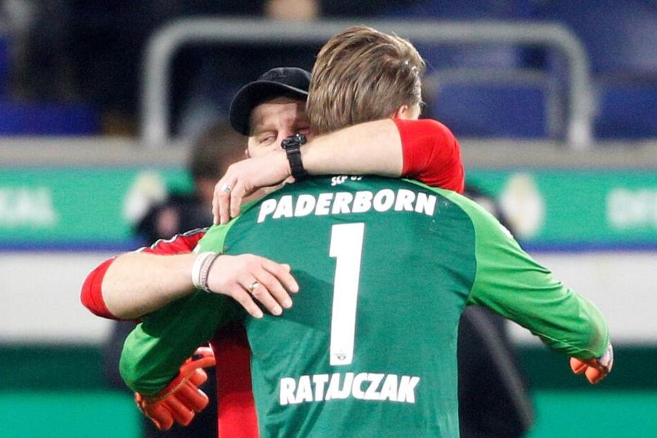 Zusammen mit Torhüter Michael Ratajczak feiert SCP-Trainer Steffen Baumgart das Weiterkommen im DFB-Pokal.