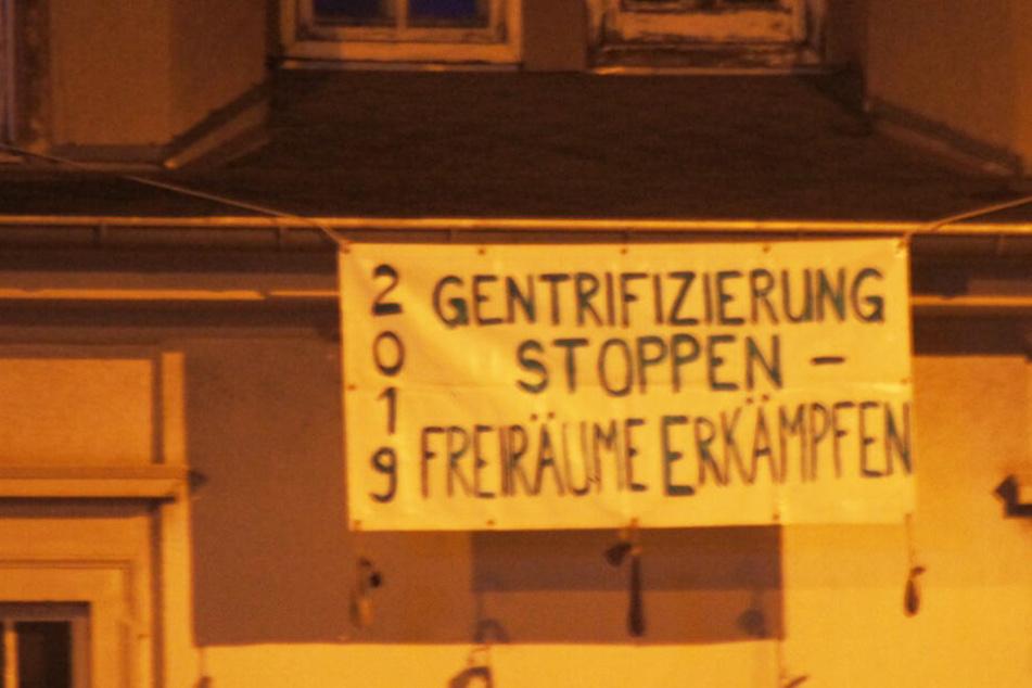 Dieses Banner hängt an dem besetzten Haus in der Neustadt.