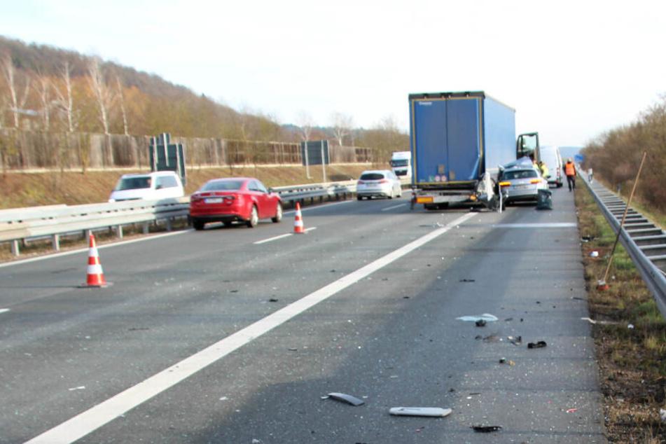 Unklar ist, ob der Audi-Fahrer den Lkw über den Pannenstreifen überholen wollte.