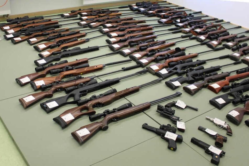 Die Polizei konnte zahlreiche Waffen in der Wohnung des Mannes sicherstellen.