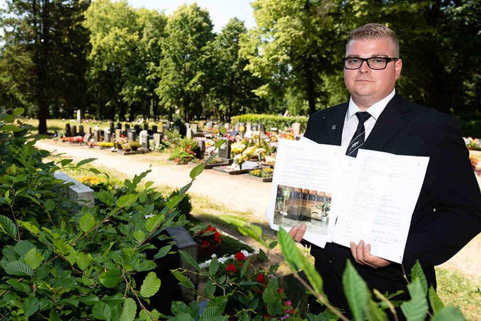 Bestatter Marcoo Klöber zeigt die Kopien einiger Beschwerdebriefe, die er wegen des verdreckten Friedhofs schon an die Stadt geschickt hat.