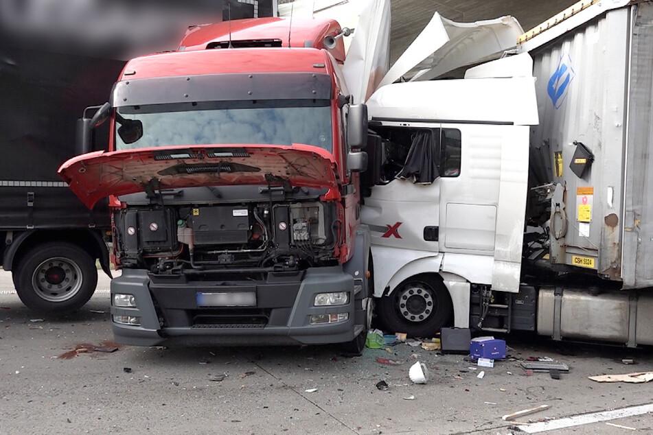 Es bildete sich daraufhin ein Stau, dessen Ende ein Lkw-Fahrer zu spät bemerkte und hinein rauschte.