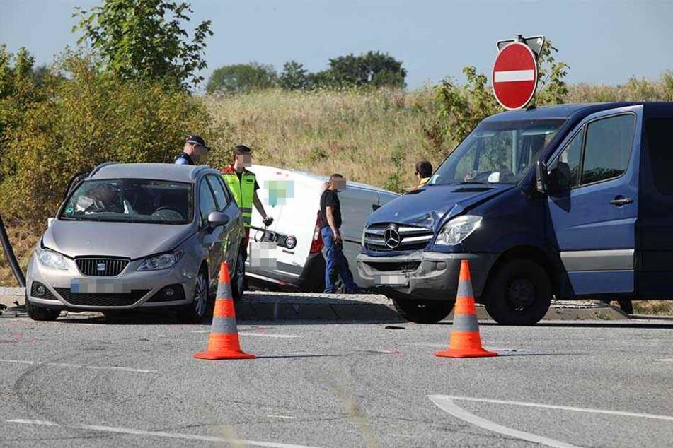 Ein drittes Fahrzeug, ein Mercedes-Benz Sprinter, wurde ebenfalls touchiert.