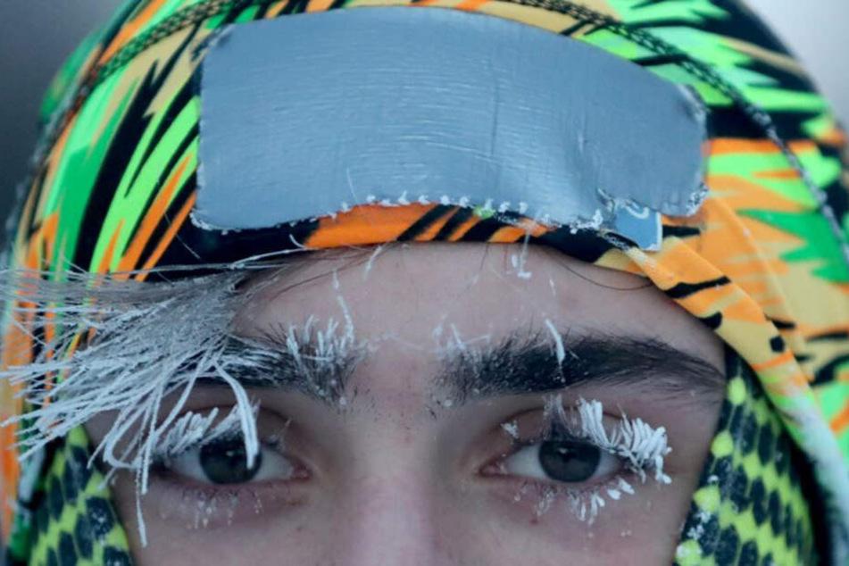 Die Wimpern und Augenbrauen von Student Daniel Dylla von der University of Minnesota sind vereist, während er beim Joggen entlang des Mississippi-Flusses innehält.