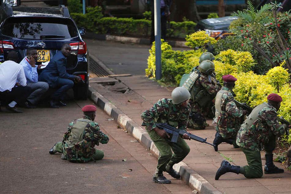 Bis in den Morgen versuchten Streitkräfte, die Lage unter Kontrolle zu bringen.
