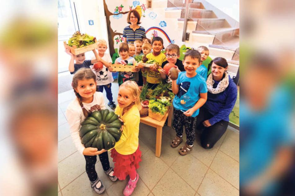 Stolz auf die eigene Ernte: Kinder der Kita Regenbogen aus Fraureuth.