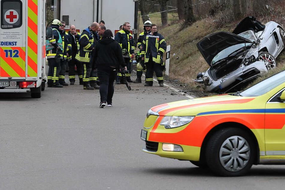 Porsche rast in Laster: Die Polizei braucht jetzt Eure Hilfe!